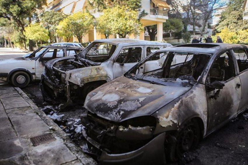 Εμπρησμοί αυτοκινήτων: Τι εξετάζει η ΕΛ.ΑΣ.