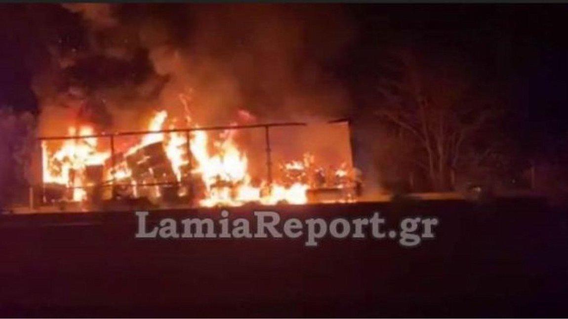 «Κόλαση» στην Εθνική Οδό: Φορτηγό τυλίχθηκε στις φλόγες στο ρεύμα προς Λαμίας - ΒΙΝΤΕΟ