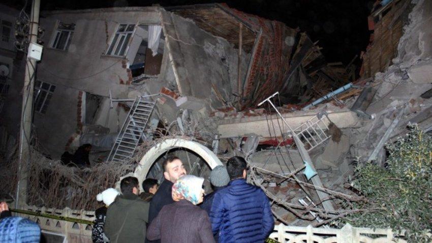 Εκατοντάδες διασώστες επιχειρούν στα συντρίμμια των κτιρίων που κατέρρευσαν στην ανατολική Τουρκία