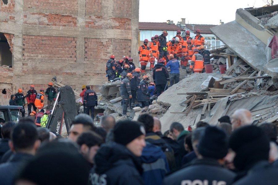 Φονικά Ρίχτερ στην Τουρκία: Θρήνος και αγωνία στα ερείπια - Συνεχίζονται οι προσπάθειες των ομάδων διάσωσης