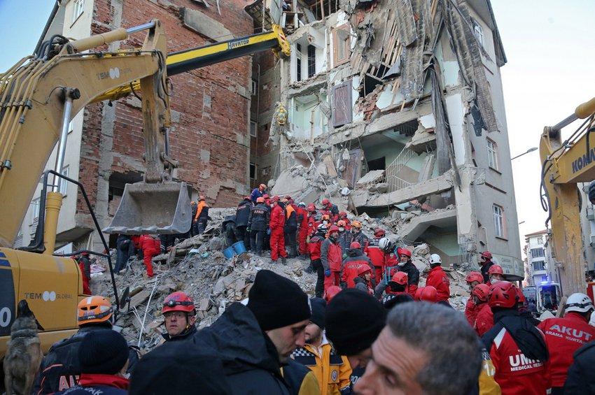 Σεισμός στην Τουρκία: Αυξάνονται οι νεκροί, ξεπερνούν τους 1500 οι τραυματίες - Οι διασώστες αναζητούν επιζώντες στα ερείπια