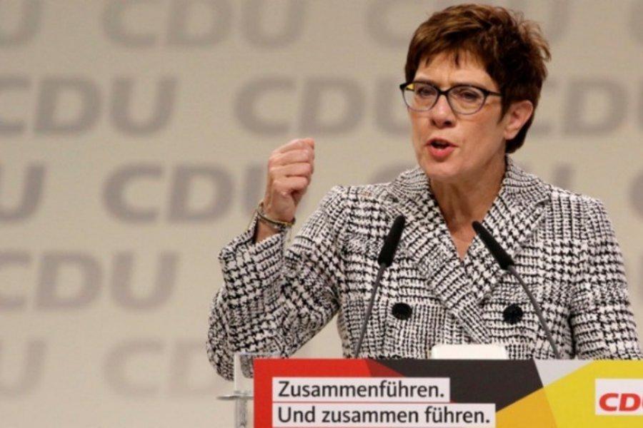 Κραμπ-Καρενμπάουερ: Θετικά τα συμπεράσματα από τις συναντήσεις με τους υποψήφιους για την ηγεσία και την καγκελαρία του CDU