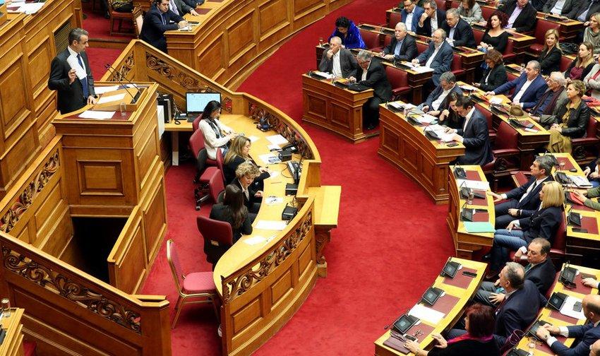 Σφοδρή αντιπαράθεση των πολιτικών αρχηγών στη Βουλή στη συζήτηση για τα εργασιακά