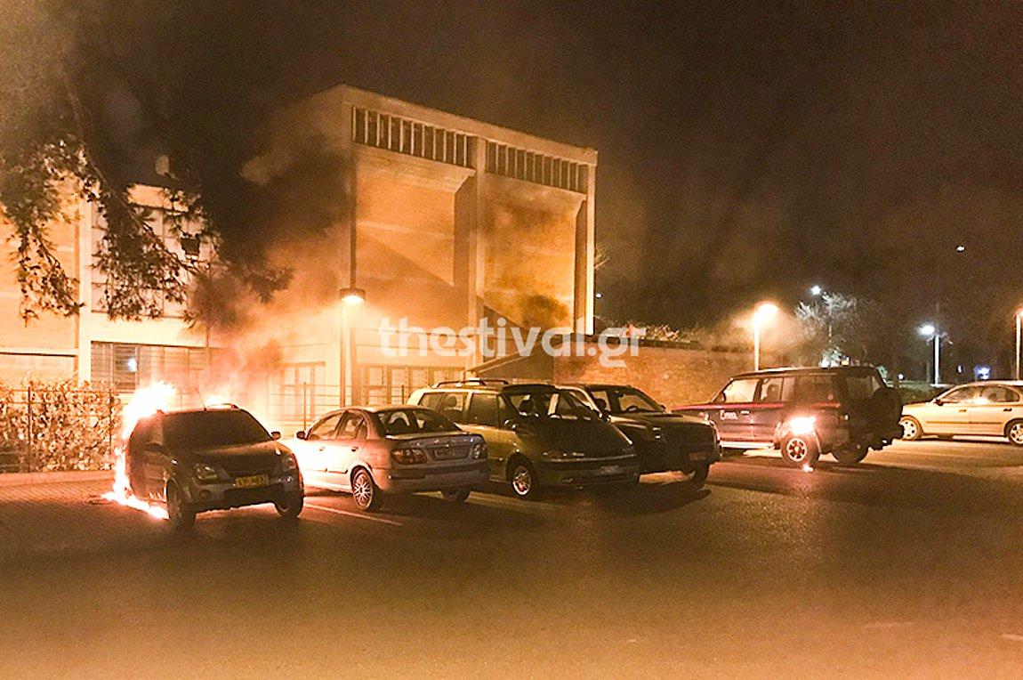 Θεσσαλονίκη: Έβαλαν φωτιά τα ξημερώματα σε τρία οχήματα της 16ης Εφορείας Αρχαιοτήτων - BINTEO