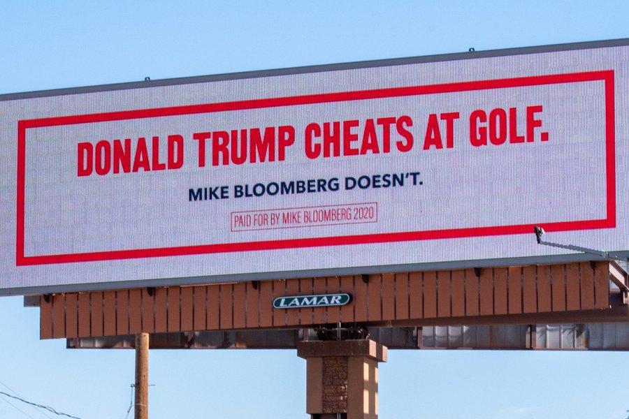 Χλευάζει ο Μπλούμπεργκ με ρεκλάμες τον Τραμπ: Το τείχος του έπεσε, κλέβει στο γκολφ!