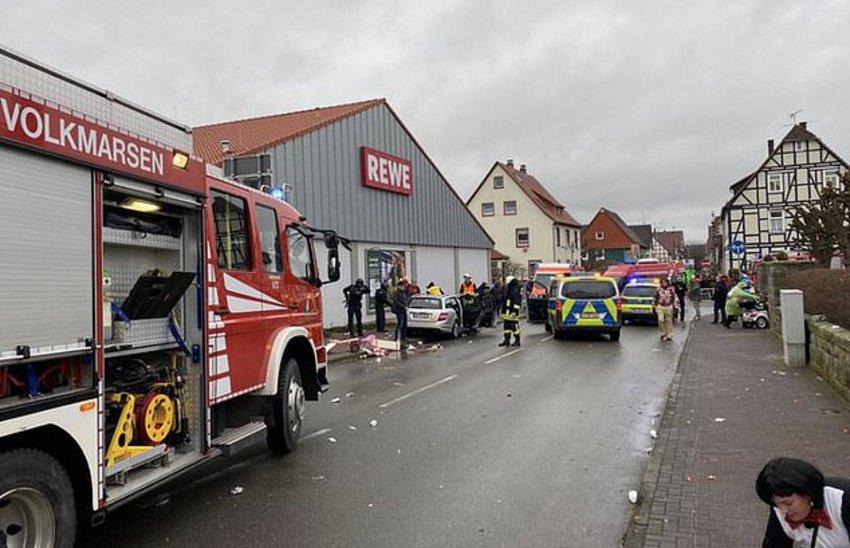 Γερμανία: Aυτοκίνητο έπεσε πάνω σε καρναβαλικό άρμα στο Κάσελ, τουλάχιστον 15 τραυματίες