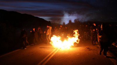 Συνεχίζονται οι συγκρούσεις πολιτών-ΜΑΤ σε Λέσβο-Χίο - Γενική απεργία κήρυξε η Περιφέρεια Βορείου Αιγαίου για την Τετάρτη