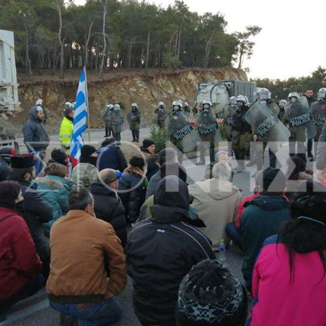 Επεισόδια σε Μυτιλήνη και Χίο: Εκατοντάδες πολίτες μπροστά από τα ΜΑΤ στις επιταγμένες εκτάσεις