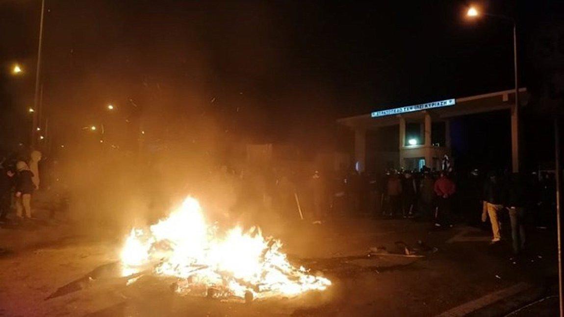 «Πόλεμος» στα νησιά: Τραυματίες από σκάγια, πολιορκία των ΜΑΤ σε στρατόπεδο στη Λέσβο, άγριο ξύλο στη Χίο - ΒΙΝΤΕΟ