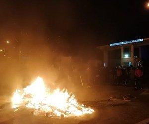 «Πόλεμος» στα νησιά: Τραυματίες από σκάγια, πολιορκούνται από 2.000 πολίτες τα ΜΑΤ στη Λέσβο, άγριο ξύλο στη Χίο - ΒΙΝΤΕΟ