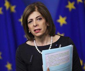 Η Επίτροπος Κυριακίδου υπέγραψε τη σύμβαση με την Moderna για προμήθεια 160 εκατ. δόσεων εμβολίων