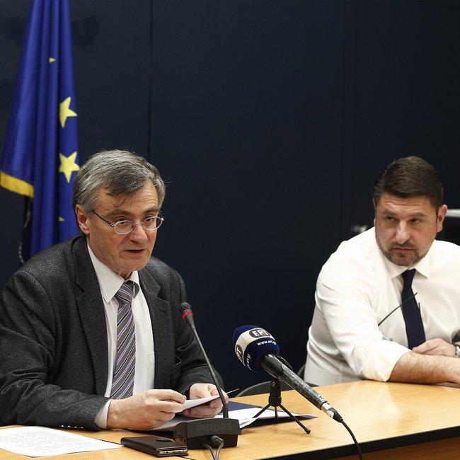 Γαλλικό πρακτορείο: O σκληρός Νικ και ο ήπιος καθηγητής κρατούν ασφαλείς τους Ελληνες από τον κορωνοϊό