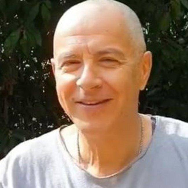 Ο Σταύρος Θεοδωράκης ξύρισε το κεφάλι του λέγοντας «Αχ ρε Τσιόδρα»! - ΒΙΝΤΕΟ