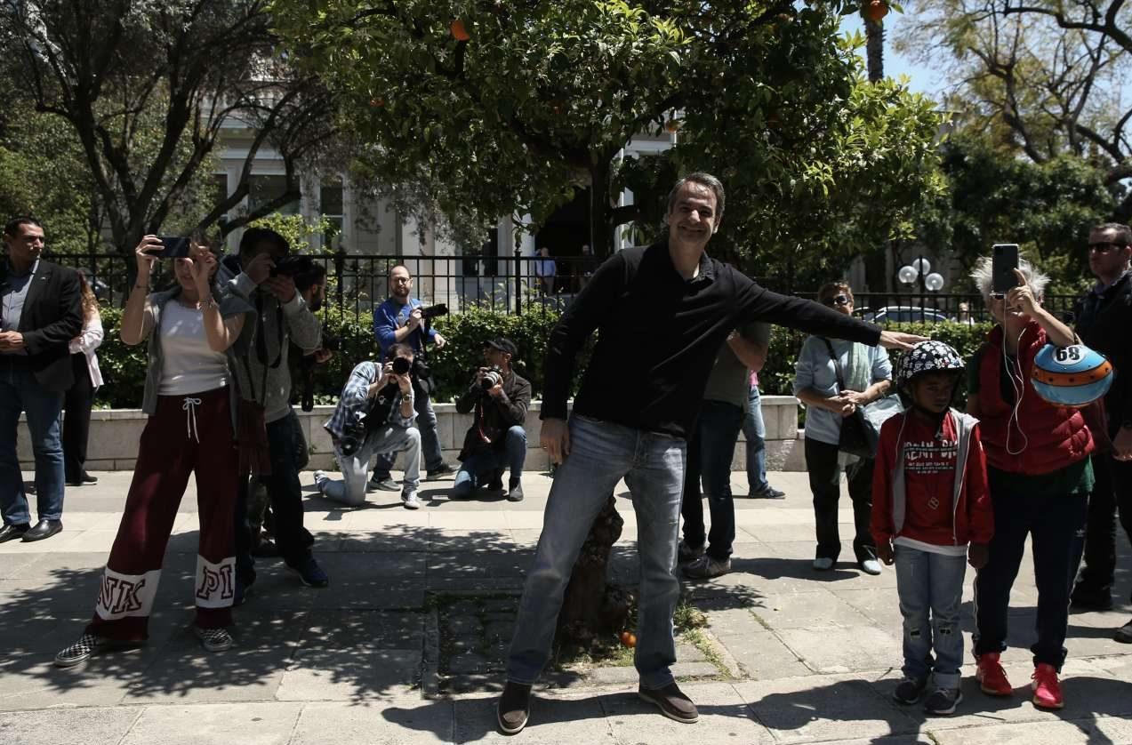 Συναυλία της Πρωτοψάλτη σε δρόμους της Αθήνας - Ο Μητσοτάκης ...