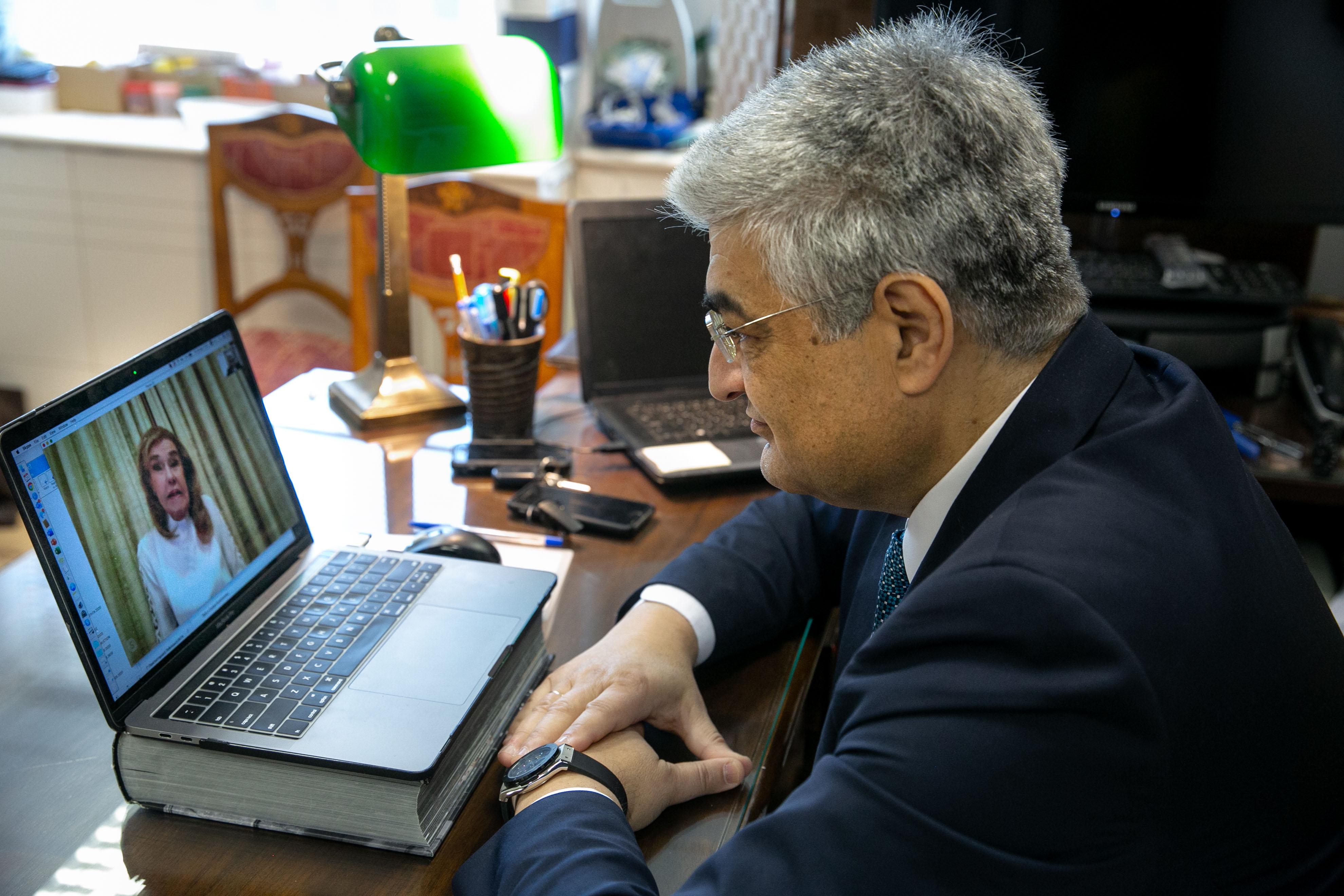 O Πρόεδρος των Παιδικών Χωριών SOS Κωνσταντίνος Συρίγος κατά τη διάρκεια του skype