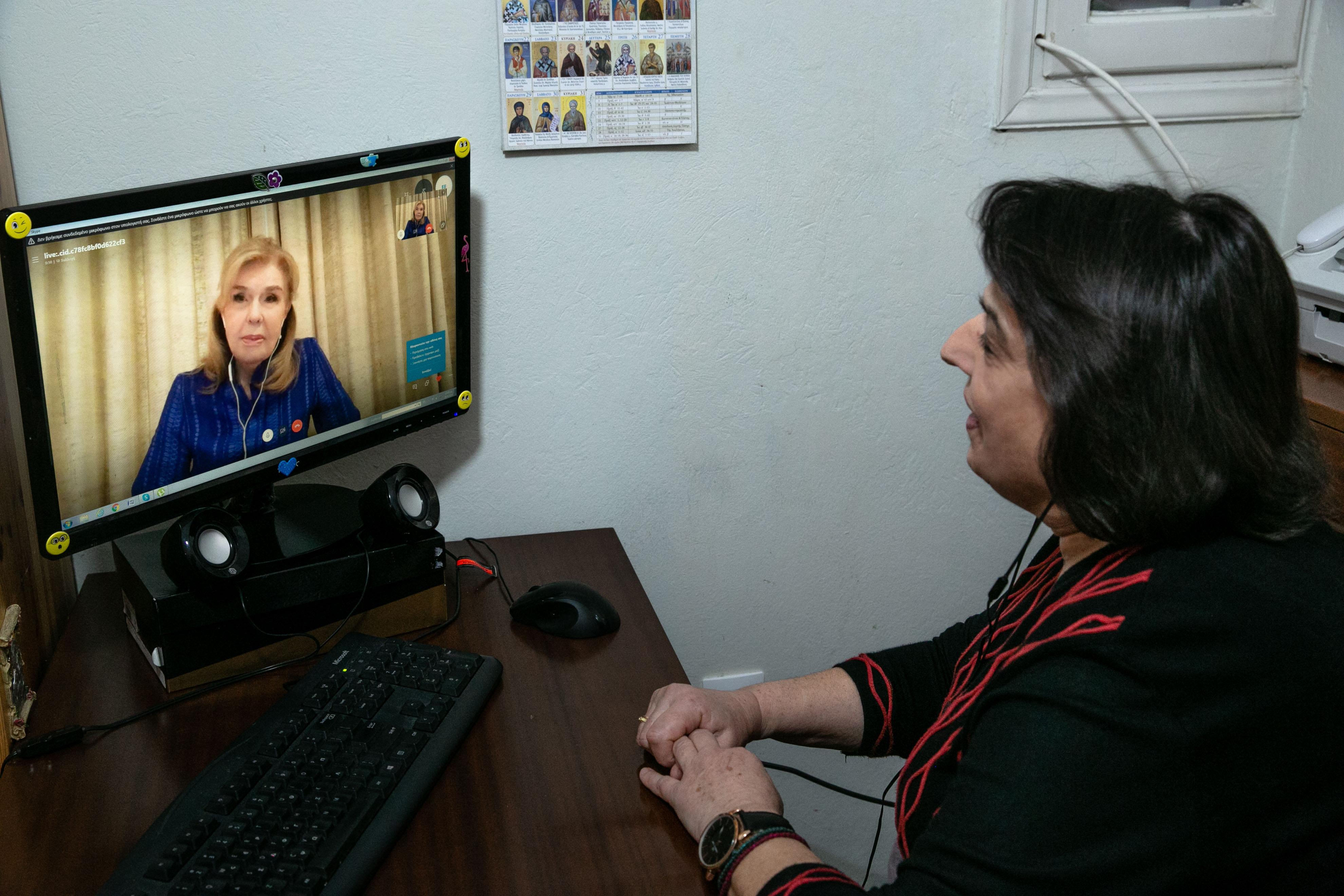 """Η Πρόεδρος Εστίας Κοριτσιού """"Φιλοθέη η Αθηναία"""" Ουρανία Πανταζή κατά τη διάρκεια του skype"""