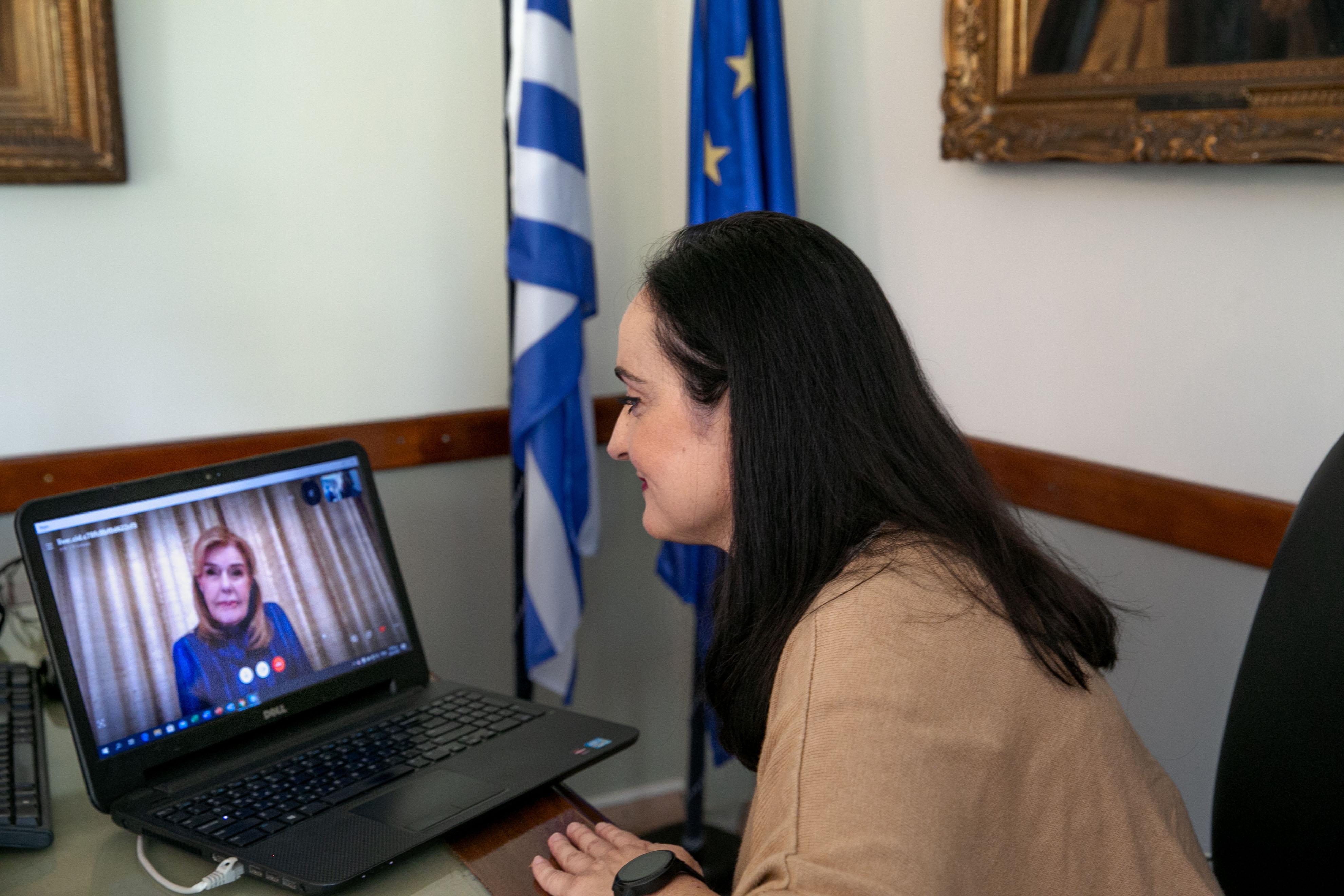 Η Πρόεδρος του Ιδρύματος Γεωργίου και Αικατερίνης Χατζηκώνστα - Εκπαιδευτικής Μέριμνας Νέων κυρία Μαργαρίτα Παναγιωτοπούλου  κατά τη διάρκεια του skype