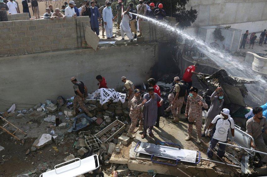 Πακιστάν: Βρήκαν επιζώντες μέσα στα συντρίμμια του αεροσκάφους με τους 107 επιβαίνοντες
