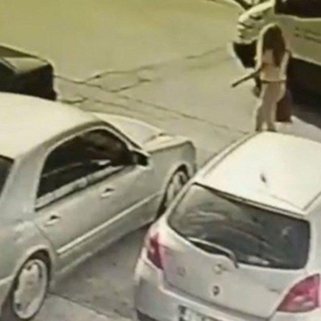 Επίθεση με βιτριόλι στην Καλλιθέα: Κάμερα κατέγραψε τη μαυροντυμένη γυναίκα να φτάνει στο σημείο
