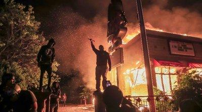Τρίτη νύχτα βίαιων ταραχών στη Μινεάπολη για τη δολοφονία του Αφροαμερικανού - Στις φλόγες κτίρια και αστυνομικό τμήμα