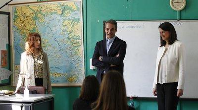 Στο 2ο Δημοτικό Σχολείο Καλλιθέας ο Mητσοτάκης: Δύσκολη εξίσωση η αντιμετώπιση του κορωνοϊού, αλλά όλοι μαζί τη λύσαμε