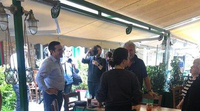 Επίσκεψη Τσίπρα σε καταστήματα εστίασης στην πλατεία Καισαριανής