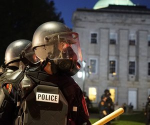 Φλέγονται οι ΗΠΑ: Νεκρός από πυρά στο Κεντάκι, λεηλασίες στην Καλιφόρνια, απολύθηκαν 2 αστυνομικοί