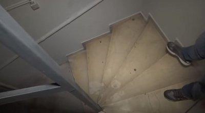 Επίθεση με βιτριόλι: Βίντεο ντοκουμέντο από το κτίριο της Καλλιθέας - Οι κηλίδες ξεκινούν από το υπόγειο