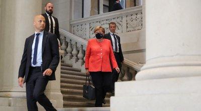 Η Μέρκελ κάνει την πρώτη της δημόσια εμφάνιση με μάσκα