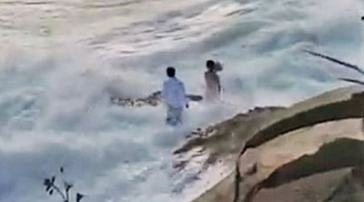 ΗΠΑ: Κύμα παρέσυρε ζευγάρι την ώρα που έβγαζε γαμήλιες φωτογραφίες - ΒΙΝΤΕΟ