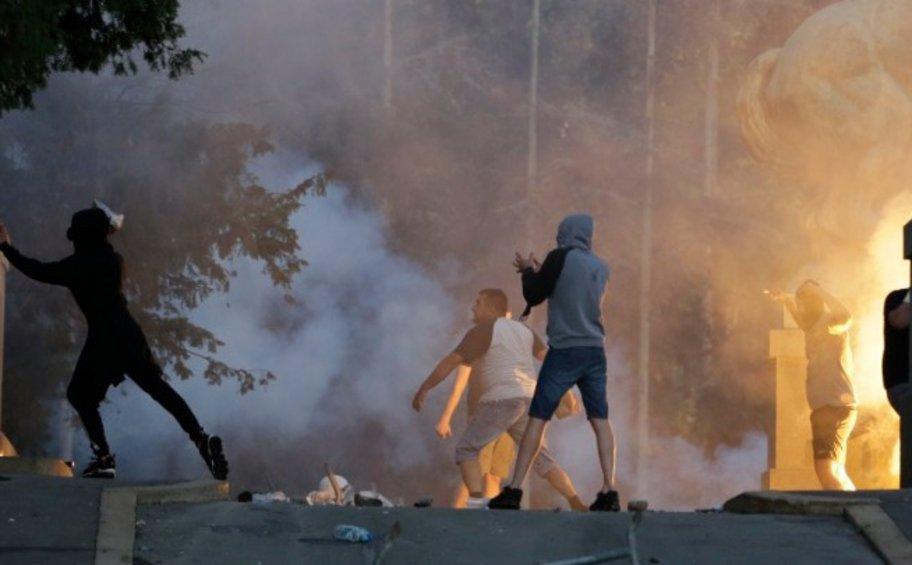 Σερβία-κορωνοϊός: Επεισόδια σε διαδηλώσεις στο Βελιγράδι και το Νόβισαντ