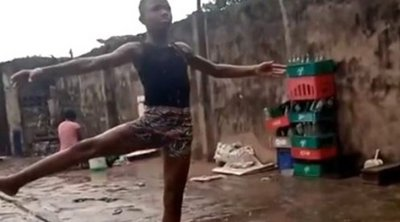 11χρονος από τη Νιγηρία χορεύει μπαλέτο ξυπόλητος στη βροχή - Το βίντεο που έγινε viral
