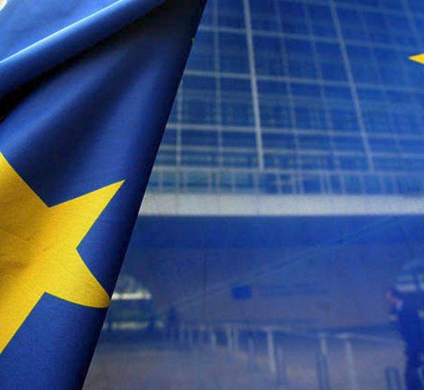 Προβλήματα σε δικαιοσύνη, διαφθορά και πολυφωνία των μέσων ενημέρωσης εντοπίζει η Κομισιόν για την Ελλάδα