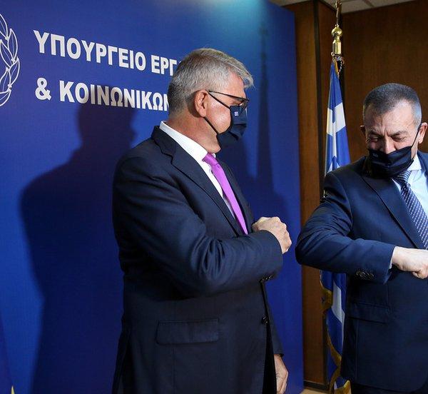 Στο υπουργείο Εργασίας ο νέος υφυπουργός Πάνος Τσακλόγλου - Τον υποδέχτηκε ο Γ. Βρούτσης