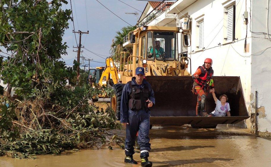 Σε πλήρη εξέλιξη οι επιχειρήσεις διάσωσης στην Εύβοια - Σύσκεψη Χαρδαλιά στο δημαρχείο Βασιλικών