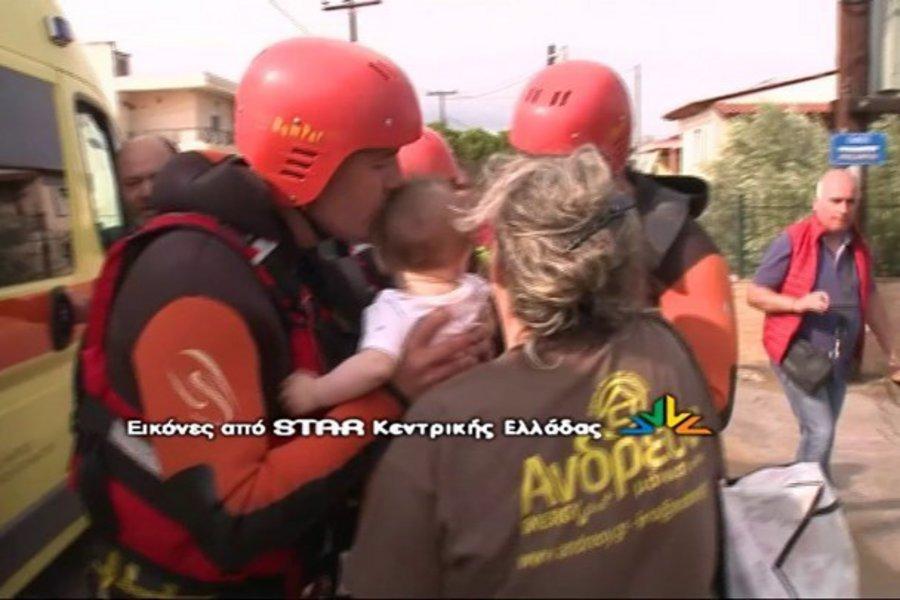 Εύβοια: Συγκλονίζει ο πυροσβέστης που διέσωσε και φίλησε το μωρό - ΒΙΝΤΕΟ