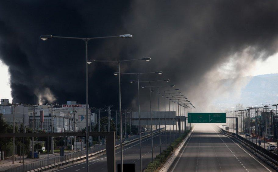 Ελικόπτερα στην κατάσβεση της φωτιάς στη Μεταμόρφωση - Μαύρος καπνός «σκέπασε» την Αττική, κλειστή η Εθνική