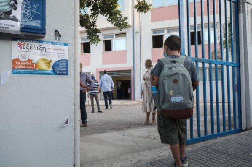 Προσήχθη ο γονιός που χτύπησε καθηγητή για τη μάσκα – Αναφορά Κεραμέως στον εισαγγελέα