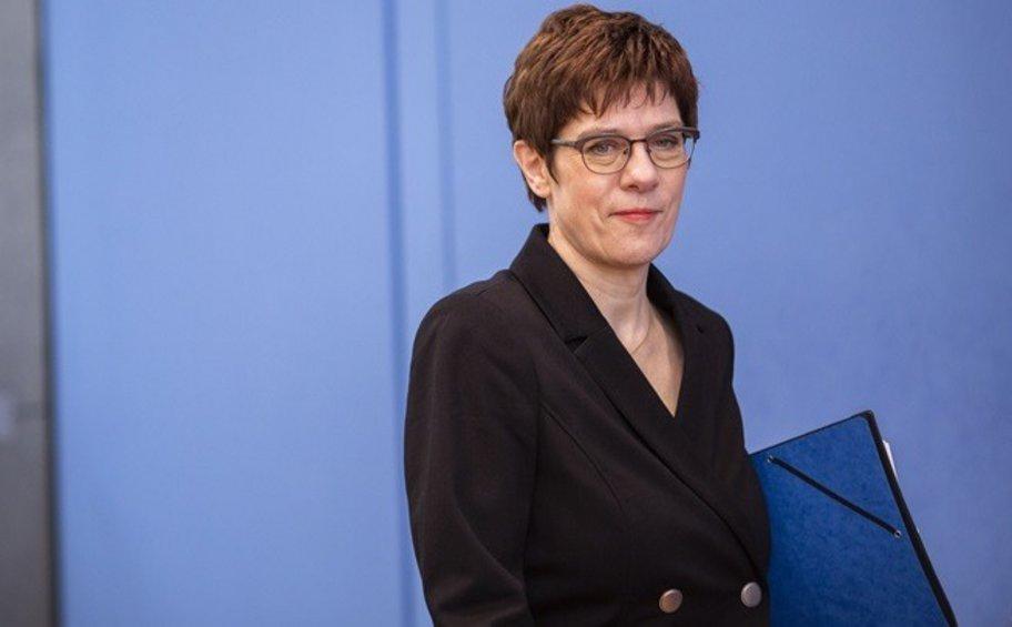 Γερμανία: Η υπ. Άμυνας Κραμπ-Κάρενμπάουερ αντικατέστησε τον επικεφαλής της MAD λόγω περιστατικών ακροδεξιού εξτρεμισμού
