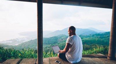 Guardian: Ο ταξιδιωτικός κλάδος στοχεύει στους «εργαζόμενους τουρίστες»