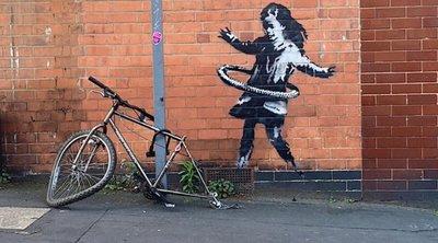 Ο Μπάνκσι ανακοίνωσε ότι είναι έργο του το κορίτσι με το χούλα-χουπ, που εμφανίστηκε σε έναν τοίχο στο Νότινγχαμ