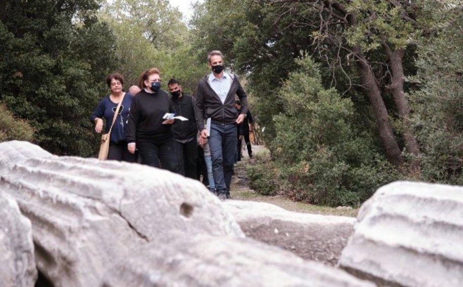 Επίσκεψη Μητσοτάκη στο Κάστρο της Χώρας στην κορυφή του λόφου του ομώνυμου, σύγχρονου οικισμού της Σαμοθράκης