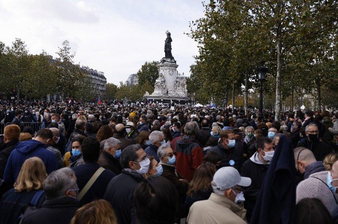 Γαλλία: Χιλιάδες πολίτες αποτίουν φόρο τιμής στη μνήμη του Σαμιέλ Πατί σε ολόκληρη τη χώρα