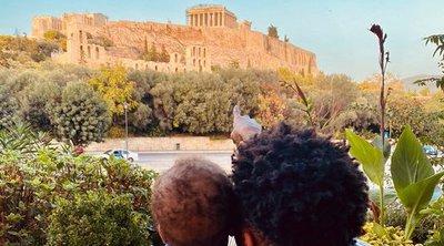 Ο Γιάννης Αντετοκούνμπο δείχνει στον γιο του την Ακρόπολη: «Στόχος μου στη ζωή είναι να σου δείξω τον κόσμο»