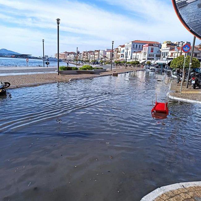 Μίνι τσουνάμι στη Σάμο και στην Σμύρνη: Η στιγμή που η θάλασσα βγαίνει στη στεριά - ΒΙΝΤΕΟ