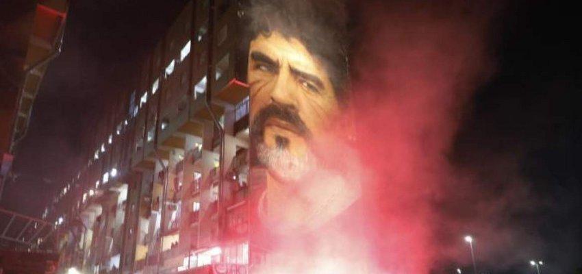 ΒΙΝΤΕΟ & ΦΩΤΟ: Ολονυχτία στη Νάπολη για Μαραντόνα - Παίρνει το όνομά του το «Σαν Πάολο»
