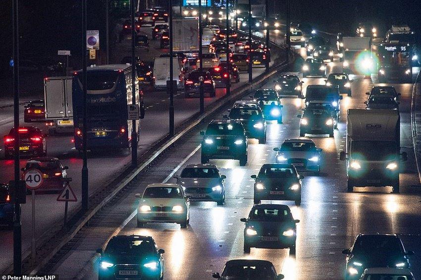 Κλείνουν όλοι τα σύνορα με τη Βρετανία - Απίστευτες εικόνες μαζικής φυγής από το Λονδίνο