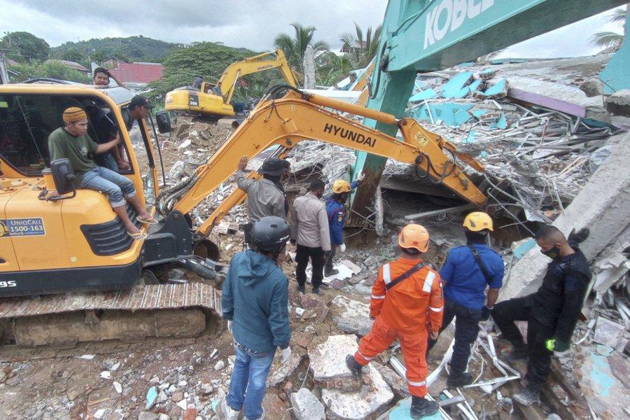 Ινδονησία: Αυξάνεται ο αριθμός των θυμάτων από τον φονικό σεισμό των 6,2 Ρίχτερ – Ψάχνουν στα συντρίμμια για επιζώντες - BINTEO