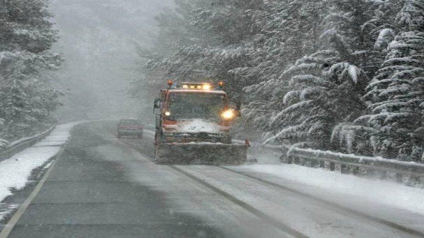 Δριμύ ψύχος με χιόνια και στην Αττική - Κλειστοί οι δρόμοι σε Πάρνηθα, Πεντέλη και Υμηττό