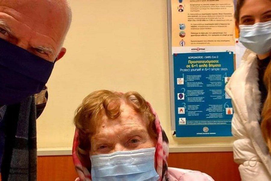 Εμβολιάστηκε η Μαργαρίτα Παπανδρέου: Στο πλευρό της ο πρώην πρωθυπουργός και η εγγονή της